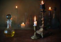Magisk dryck, forntida böcker och stearinljus Royaltyfri Bild