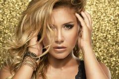 Magisk flickastående i guld- Royaltyfri Fotografi