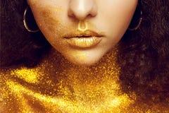 Magisk flickastående i guld- guld- makeup Royaltyfri Fotografi