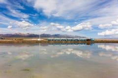 Magisk himmel, konstiga moln på den blåa himlen, reflexionen, litet drev, saltar sjön, eftermiddagsikten av Chaka Salt Lake i Qin fotografering för bildbyråer