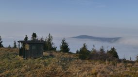 Magisk inversion av moln i bergen royaltyfria foton