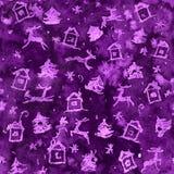 Magisk jul slösar eller den violetta sömlösa bakgrundsmodellen med hjortar, snö, trädet, huset och snöflingor royaltyfria bilder
