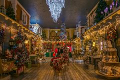 Magisk julatmosfär i regeringstiden av Santa Claus shoppar Arkivfoton