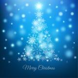 Magisk julgran med snöflingor på blå bakgrund Royaltyfri Foto