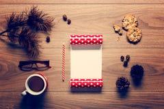 Magisk jultemabakgrund, sörjer kottar, kaffe, kakor och en tom bokstav till santa Arkivbilder