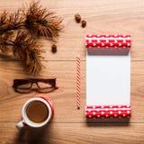 Magisk jultemabakgrund, sörjer kottar, kaffe, kakor och en tom bokstav till santa Royaltyfri Bild