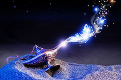 Magisk lampa för ande i arabiska sagor fotografering för bildbyråer