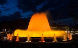 Magisk Montjuic springbrunn i Barcelona, ljus show Fotografering för Bildbyråer
