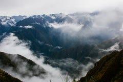 Magisk sikt av bergen i mist på Inca Trail peru härligt dimensionellt diagram illustration södra tre för 3d Amerika mycket arkivfoto