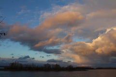 Magisk sikt för himmel och för flod royaltyfria foton