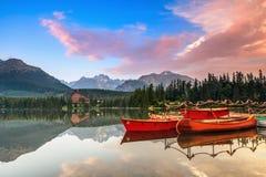 Magisk sjö med röda fartyg och kanoten Fotografering för Bildbyråer