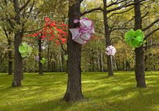Magisk skog med konstgjorda blommor på träden Arkivfoto