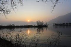 Magisk solnedgång över sjön Royaltyfria Bilder
