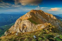 Magisk solnedgång i de höga bergen, Piatra Craiului, Carpathians, Rumänien arkivbilder