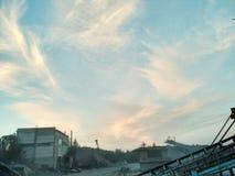 Magisk solnedgång på det industriella stället royaltyfri bild