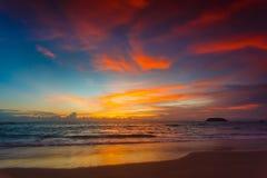 Magisk solnedgångsiktsseascape med härlig färgrik himmel och moln Arkivfoto