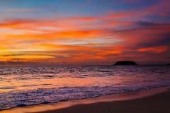 Magisk solnedgångsiktsseascape med härlig färgrik himmel och moln Royaltyfria Foton
