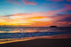 Magisk solnedgångsiktsseascape med härlig färgrik himmel och moln Royaltyfri Foto