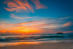 Magisk solnedgångsiktsseascape med härlig färgrik himmel och moln Arkivbilder