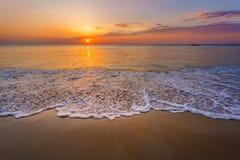 Magisk solnedgångsiktsseascape med härlig färgrik himmel, solen och moln Royaltyfria Foton