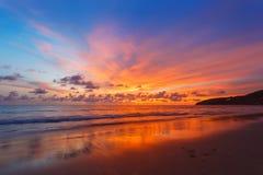 Magisk solnedgångsiktsseascape med härlig färgrik himmel, solen och moln Royaltyfri Foto