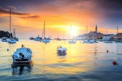 Magisk solnedgång med den Rovinj hamnen, Istria region, Kroatien, Europa Royaltyfri Bild