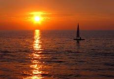 Magisk solnedgång över havet Arkivfoto