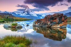 Magisk soluppgång med det Matterhorn maximumet och Stellisee sjön, Valais, Schweiz royaltyfri foto