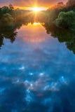 Magisk sommarsolnedgång över floden Royaltyfri Bild