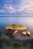Magisk sommarsolnedgång över havet. Dramatisk himmel. Royaltyfria Bilder