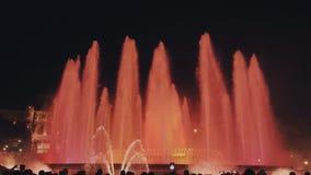 Magisk springbrunnljusshow på natten bredvid nationellt museum i Barcelona arkivfilmer