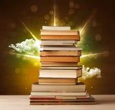 Magiska böcker med strålen av magiska ljus och färgrika moln Royaltyfri Foto