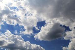 Magiska fjäderlika moln i en klar blå himmel royaltyfri fotografi