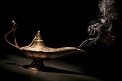 Magiska Geni Lamp med rök och svartbakgrund royaltyfri fotografi