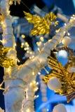 Magiska ljus för jul på ett konstgjort träd Royaltyfri Foto