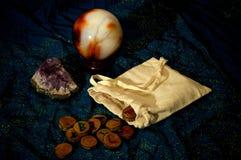 Magiska runor ametist och kristallkula Arkivbilder