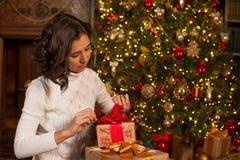 Magiskt ögonblick av jul Flickan öppnar gåvor Royaltyfri Fotografi