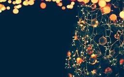 Magiskt julträd och ljusbokehgirland Arkivfoto