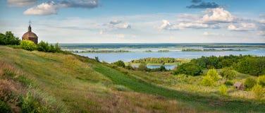Magiskt landskap av kullarna av floden Dnipro Dnieper i aftonljuset L?ge av byn av Vytachiv, Ukraina, arkivfoton