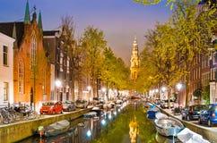 Magiskt nattlandskap i Amsterdam, Nederländerna, Europa med boaen royaltyfria foton
