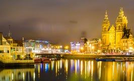 Magiskt nattlandskap i Amsterdam, Nederländerna, Europa med boaen arkivfoto