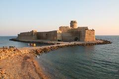 Magiskt slott på havet, Le Castella, Italien Arkivfoto