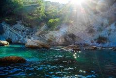 Magiskt solsken till och med bergen i den blåa fjärden i medelhavet Royaltyfria Bilder