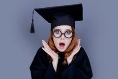 Magisterska dziewczyna w kwadratowej akademickiej nakrętce i salopie Zdjęcia Royalty Free