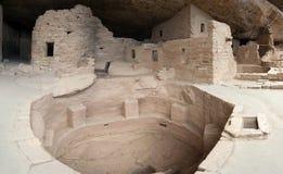Magistrala dobrze w faleza pałac antycznej puebloan wiosce domy i mieszkania w mesy Verde parku narodowym Nowym - Mexico usa Zdjęcie Stock