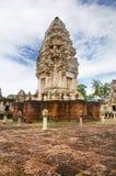 Magistrali wierza i podwórze antyczna Khmer świątynia budująca i dedykująca Hinduski bóg Shiva czerwony piaskowiec i lateryt obrazy royalty free