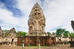 Magistrali wierza i podwórze antyczna Khmer świątynia budująca i dedykująca Hinduski bóg Shiva czerwony piaskowiec i lateryt obraz stock