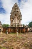 Magistrali wierza i podwórze antyczna Khmer świątynia budująca i dedykująca Hinduski bóg Shiva czerwony piaskowiec i lateryt fotografia stock