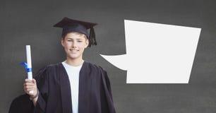 Magistrant/magistrantka chłopiec trzyma jego dyplom przeciw popielatemu tłu z mowa bąblem Zdjęcie Royalty Free
