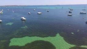 Magle Trzymać na dystans pokazywać seagrass z łodziami cumować w Rockingham WA Australia